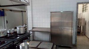 Novos armários de aço inox para a cozinha do restaurante