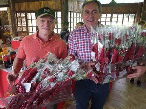 Professores Ferrari e Bona fazem homenagem entregando flores